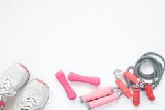 Vista aérea do sutiã do esporte e dos equipamentos de esporte na cor cor-de-rosa imagens de stock royalty free