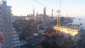 Vista aérea do teleférico em Batumi, em casas e em ruas filme