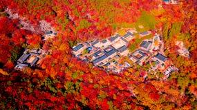 Vista aérea do templo de Beomeosa em Busan Coreia do Sul A imagem consiste no templo situado entre a montanha coberta com o color imagens de stock royalty free