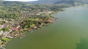 Vista aérea do templo de Ulun Danu no lago Beratan filme