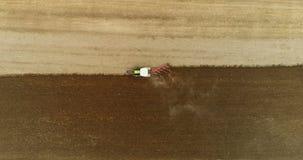 Vista aérea do trator que ara o campo video estoque