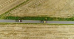 Vista aérea do trator que passa a estrada Workin do trator agrícola no campo filme
