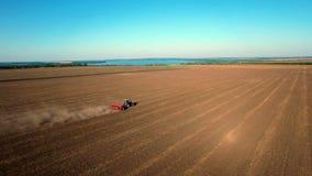 Vista aérea do trigo da sementeira do trator filme