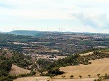 Vista aérea do vale montanhoso com os moinhos de vento modernos do poder no horizonte em Catalonia Paisagem espanhola bonita com  fotografia de stock royalty free
