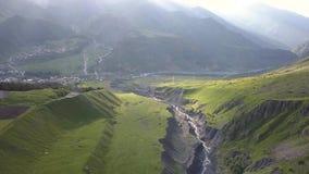 Vista aérea do zangão às montanhas com ravina e fratura perto da montanha Kazbegi em Geórgia filme