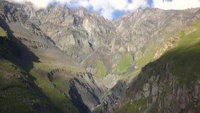 Vista aérea do zangão às montanhas com ravina e fratura perto da montanha Kazbegi em Geórgia vídeos de arquivo