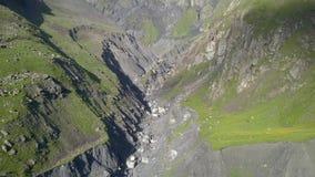 Vista aérea do zangão às montanhas perto de Kazbegi video estoque