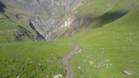 Vista aérea do zangão às montanhas perto de Kazbegi filme