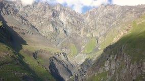 Vista aérea do zangão às montanhas perto de Kazbegi vídeos de arquivo