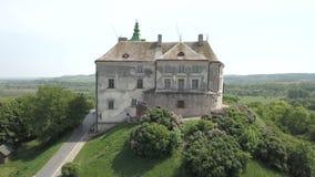 Vista aérea do zangão ao castelo histórico e do parque em Olesko - sightseeing ucraniano famoso filme