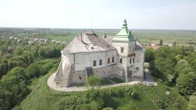 Vista aérea do zangão ao castelo histórico e do parque em Olesko - sightseeing ucraniano famoso vídeos de arquivo