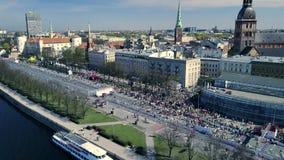 Vista aérea do zangão na multidão de pessoa que está correndo no evento da maratona Paisagem da cidade vídeos de arquivo