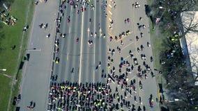 Vista aérea do zangão na multidão de pessoa que se está preparando para a corrida vídeos de arquivo