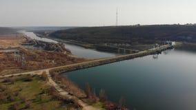 Vista aérea do zangão Voo sobre o lago ou o rio bonito perto das montanhas Panorama surpreendente da paisagem cinematic filme