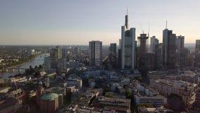 Vista aérea dos arranha-céus na baixa de Francoforte em cima do cano principal, Alemanha filme