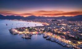 Vista aérea dos barcos e da cidade bonita na noite em Marmaris Foto de Stock