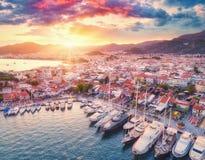 Vista aérea dos barcos e os iate e cidade bonita no por do sol Fotos de Stock Royalty Free