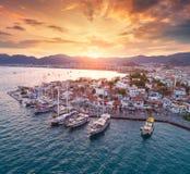Vista aérea dos barcos e os yahts e cidade bonita no por do sol Imagem de Stock Royalty Free