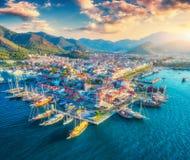 Vista aérea dos barcos e os yahts e cidade bonita no por do sol Fotografia de Stock
