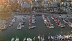 Vista aérea dos barcos no porto, com construções da cidade atrás video estoque