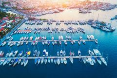 Vista aérea dos barcos, veleiros, iate no por do sol Foto de Stock Royalty Free