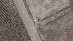 Vista aérea dos campos e da estrada principal video estoque
