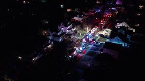 Vista aérea dos carros de bombeiros e do instrumento na cena do fogo da casa filme