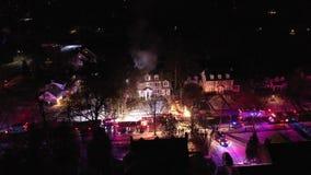 Vista aérea dos carros de bombeiros e do instrumento na cena do fogo da casa vídeos de arquivo