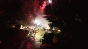 Vista aérea dos carros de bombeiros e do instrumento na cena do fogo da casa video estoque