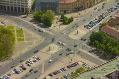 Vista aérea dos carros em uma junção de estrada em uma rua de Berlim cit Imagem de Stock