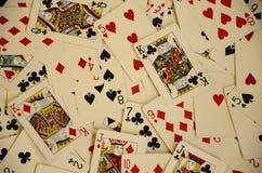 Vista aérea dos cartões de jogo jogados e dispersados em uma tabela Fotografia de Stock
