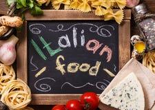 Vista aérea dos ingredientes para uma receita italiana da massa na oxidação Fotos de Stock