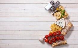 Vista aérea dos ingredientes para uma receita italiana da massa na oxidação Imagens de Stock