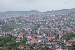 Vista aérea dos montes dos subúrbios de Sarajevo, de Bósnia e de Herzegovina durante um nebuloso e rainly um dia da mola Uma lata imagens de stock
