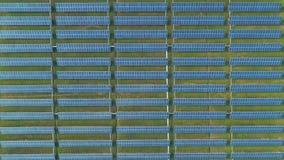 Vista aérea dos painéis da energia solar, painéis solares, plantas de energias solares video estoque
