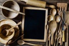 Vista aérea dos utensílios de madeira com o quadro-negro na madeira rústica Ta Imagem de Stock