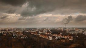Vista aérea dramática da cidade do outono com nuvens