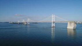 Vista aérea, elevação dentro do mar calmo, azul, Seto-ponte filme