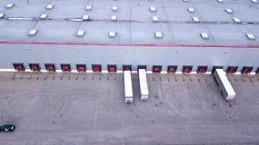 Vista aérea em baías de carga no centro de distribuição aéreo fotografia de stock