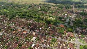 Vista aérea em Bali Indonésia: Por muito tempo fileira em ordem das estruturas com estratificado vídeos de arquivo