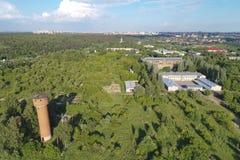 Vista aérea em biuldings e em floresta da vista dos pássaros Dubrovitsy Fotos de Stock