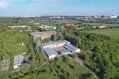 Vista aérea em biuldings e em floresta da vista dos pássaros Dubrovitsy Imagem de Stock Royalty Free