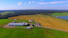 Vista aérea em construções de exploração agrícola modernas filme