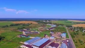 Vista aérea em construções de exploração agrícola modernas vídeos de arquivo