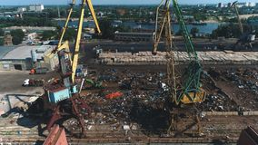 Vista aérea em guindastes no porto marítimo Metal de folha quebrado e oxidado video estoque