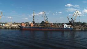 Vista aérea em guindastes no porto marítimo Metal de folha quebrado e oxidado filme