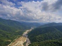 Vista aérea em River Valley em montanhas caucasianos Foto de Stock Royalty Free