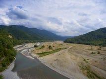 Vista aérea em River Valley em montanhas caucasianos Imagens de Stock