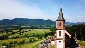Vista aérea escénica de la iglesia Santo-Gil en Santo-Pierre-Bois, Alsacia, Francia almacen de metraje de vídeo