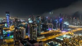 Vista aérea escénica de una ciudad moderna grande en el timelapse de la noche Bahía del negocio, Dubai, United Arab Emirates almacen de video